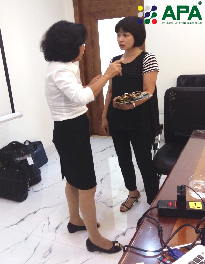 Photo: Customer and Dr Huong discussed about solutions for swine respiratory diseases. Source: APA